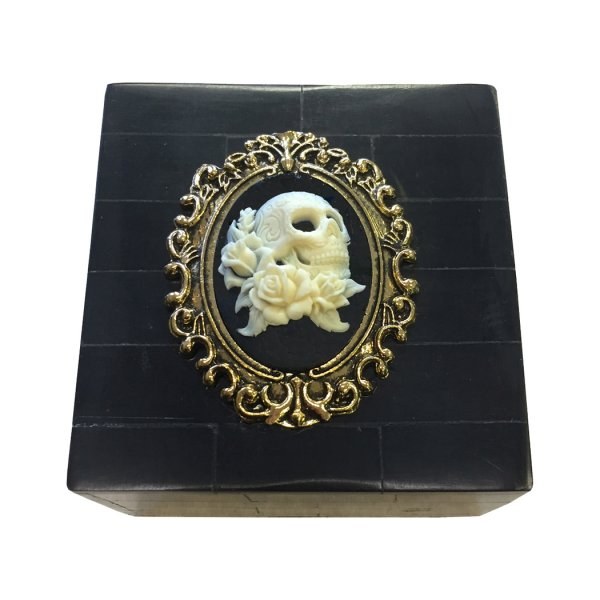 Horn Halloween 3-1/4″ Black Horn box with a Cameo of Skull and Roses. The interior is lined with felt.